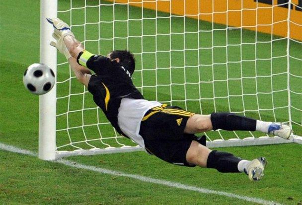 http://toni.mi.free.fr/vanhebdo/fetes/futb_euro_2008/im_jugadores/im_futb_foot_euro_08_esp_ita_0a0_esp_penaltis_iker_casillas_MIN_para_el_de_Rossi.jpg